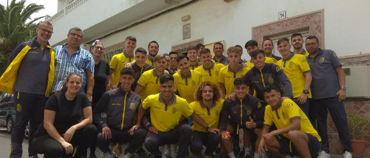 La expedición amarilla se hizo esta foto camino de Ciudad Real, junto al restaurante en el que pararon a comer.