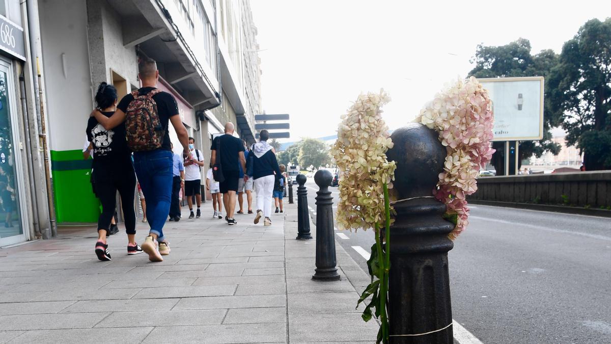 Flores en el lugar donde murió Samuel Luiz tras recibir una brutal paliza.