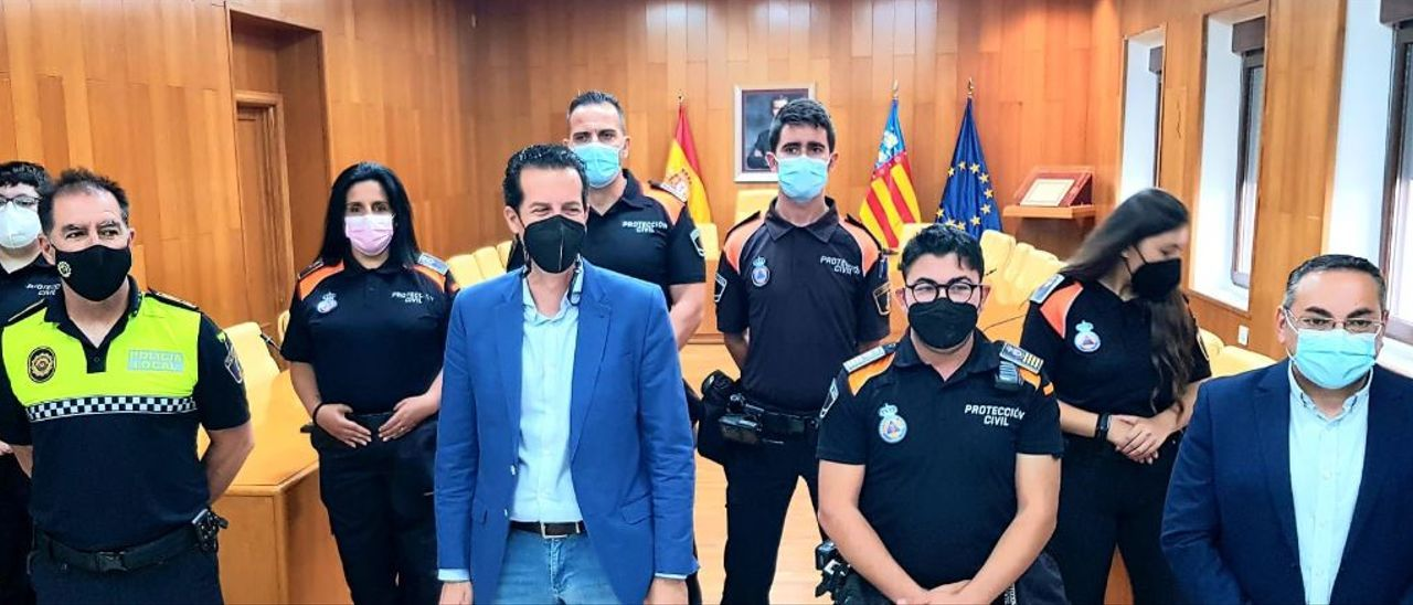 El alcalde de Elda, el concejal y el jefe de la Policía Local y el responsable de Protección Civil con los cinco nuevos efectivos.
