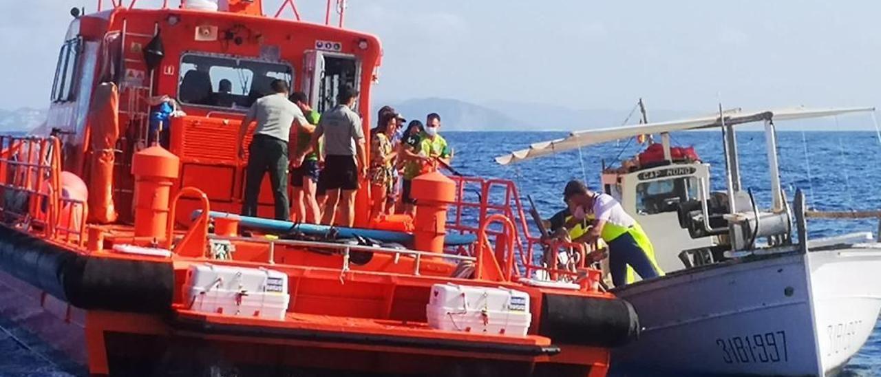 Momento en el que la embarcación de Salvamento Marítimo sube a los rescatados a bordo.