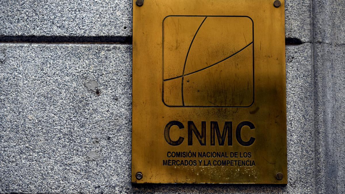 Placa identificativa en el edificio de la CNMC, en Madrid.
