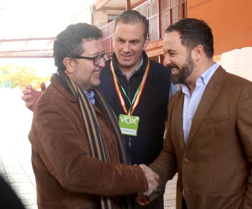 Francisco Serrano y Santiago Abascal se saludan ...