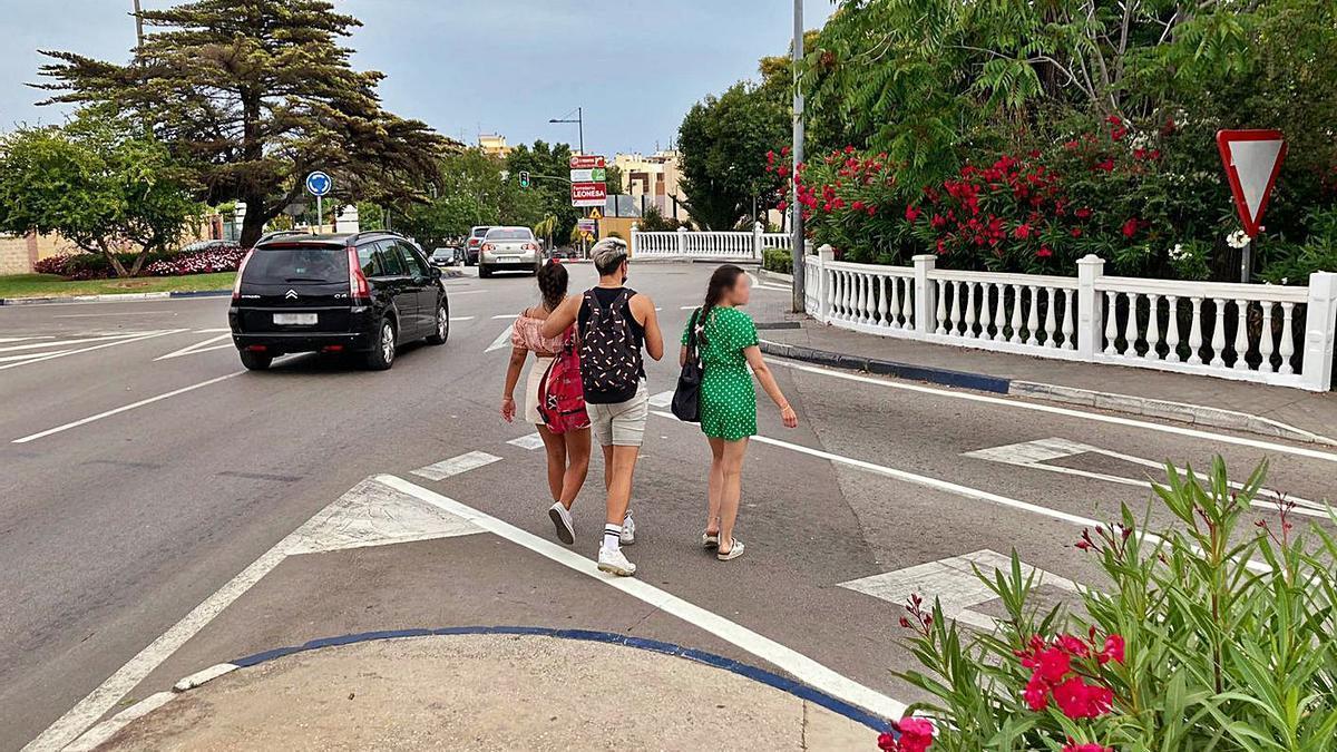 Tres peatones cruzan por el punto próximo a la estación en que Cs solicita un paso de cebra.