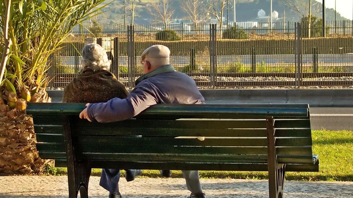 Una pareja de ancianos sentados en un banco.  | L. O.