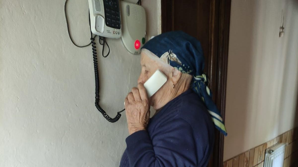 Una vecina de Porto, al teléfono