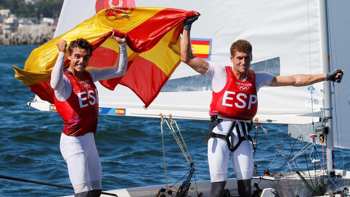 Jordi Xammar y Nicolás Rodríguez celebran su medalla de bronce en el 470.