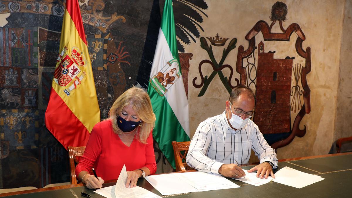 La alcaldesa de Marbella, Ángeles Muñoz, durante la firma de un acuerdo