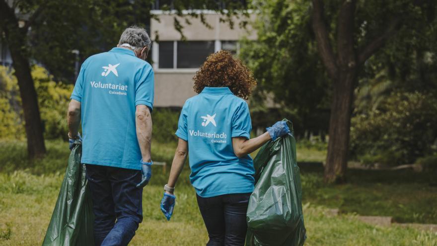 Empleados de Caixabank participarán en una iniciativa para limpiar playas y calas de Baleares