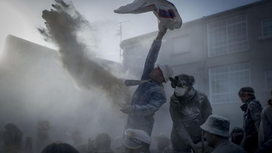 Entroido 2020 | Xinzo se cubre de blanco en su Domingo Fareleiro