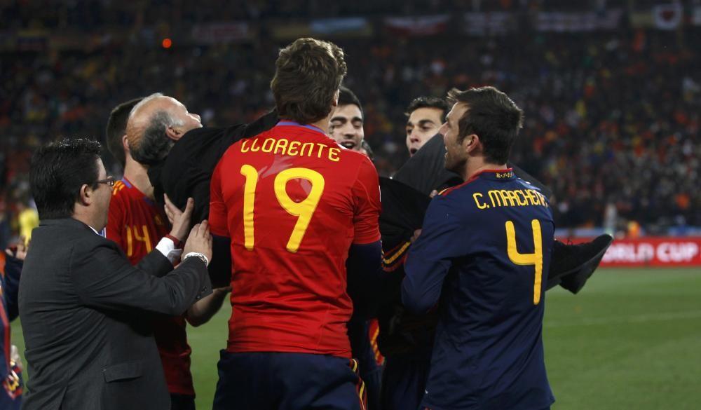 Spain's Llorente and team mates lift coach Del ...