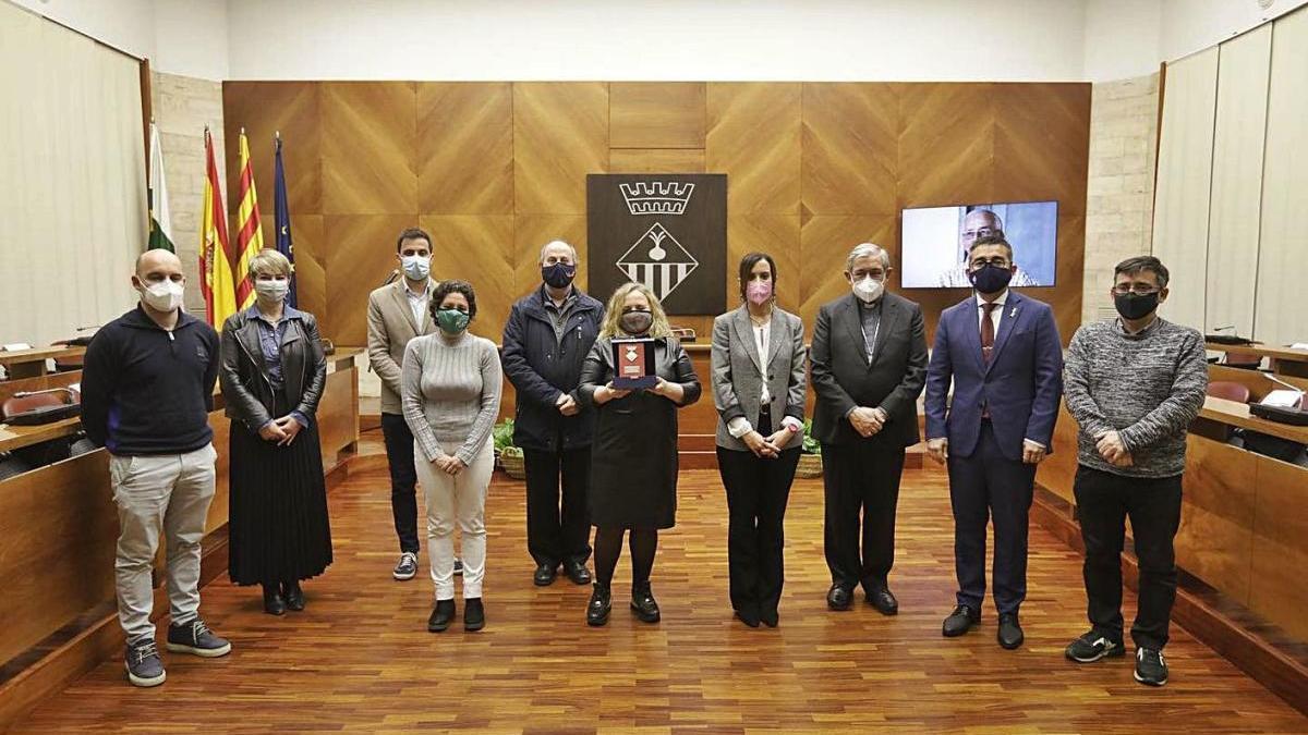 Foto de grup en l'acte d'entrega de la medalla a l'Ajuntament de Sabadell