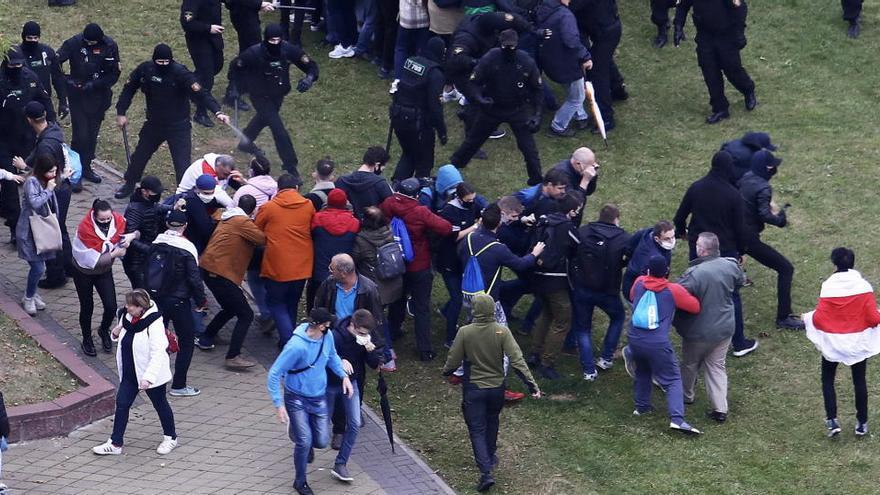 Más de 300 detenidos en una nueva jornada de protestas masivas contra Lukashenko