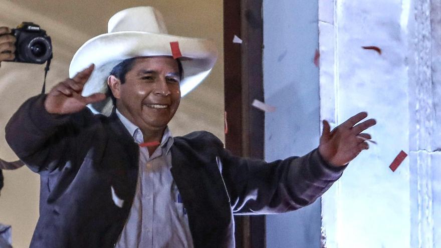 El socialista Pedro Castillo obtiene una victoria por estrecho margen en las presidenciales de Perú
