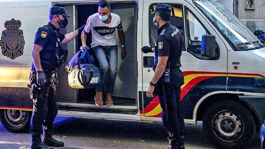 La Policía deja en libertad a los migrantes al no poder gestionar su traslado