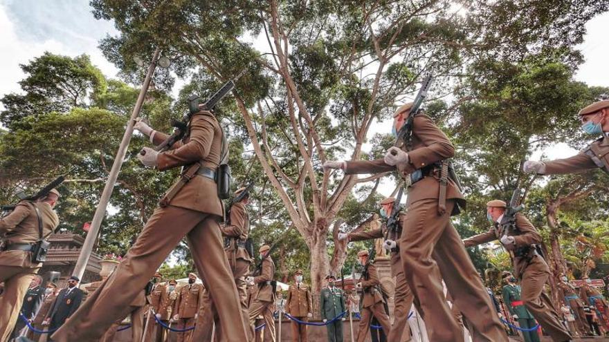 Un desfile militar en Santa Cruz de Tenerife abre los actos de la Fiesta Nacional