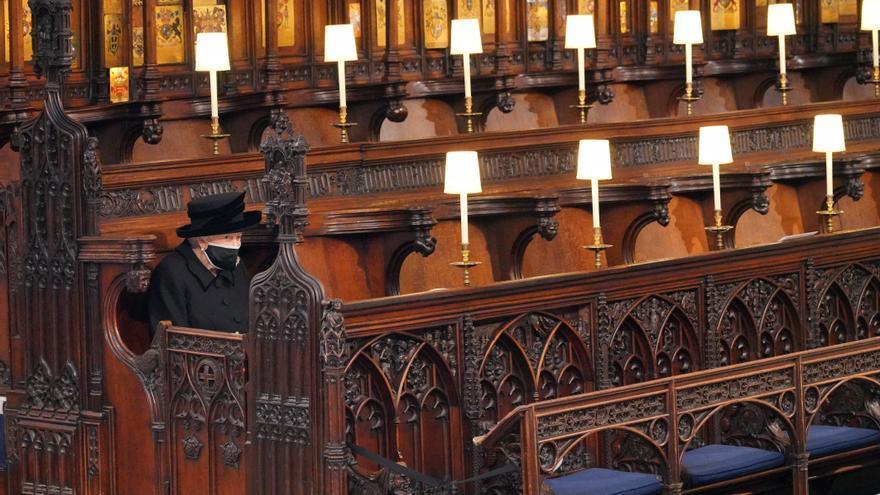 Isabel II cumple 95 años sin el duque de Edimburgo y con una crisis familiar aún abierta