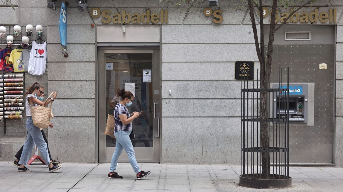 Varias personas pasan por una sucursal de Banco Sabadell.ptiembre de 2021, en Madrid (España).