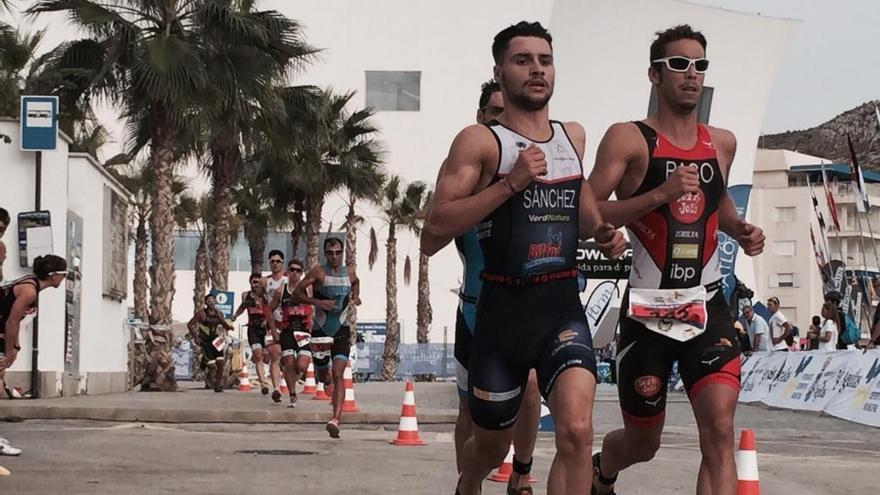 El triatleta de la UA Roberto Sánchez Mantecón, plata en el Campeonato de España