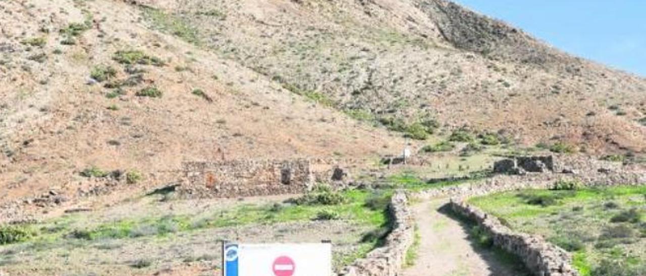 La Montaña de Tindaya no registra vigilancia y, a pesar de la prohibición, suben turistas todos los días hasta la cima.