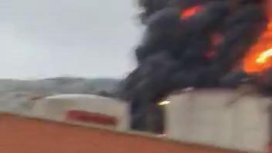 Arde un depósito de gasóil del complejo petroquímico de Puertollano por un rayo