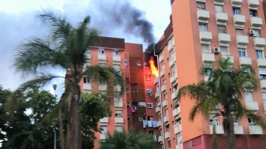 Trasladan a una anciana al hospital tras incendiarse su casa en Los Corazones