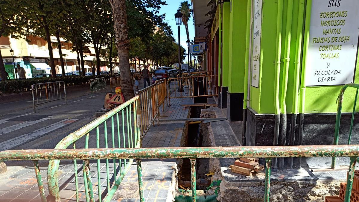 Zanjas abiertas en las aceras de la Avenida de Valladolid