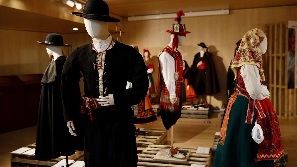 Muestra de 40 trajes regionales y joyas, en el Teatro Ramos Carrión