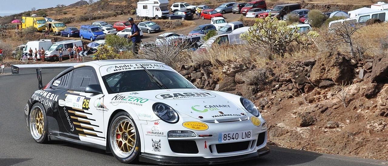 Iván Armas, rodando con el Porsche 911 GT3 ayer durante la Subida a La Pasadilla, prueba en la que adjudicó su tercer triunfo consecutivo.     MOTORACTUALIDAD.ES
