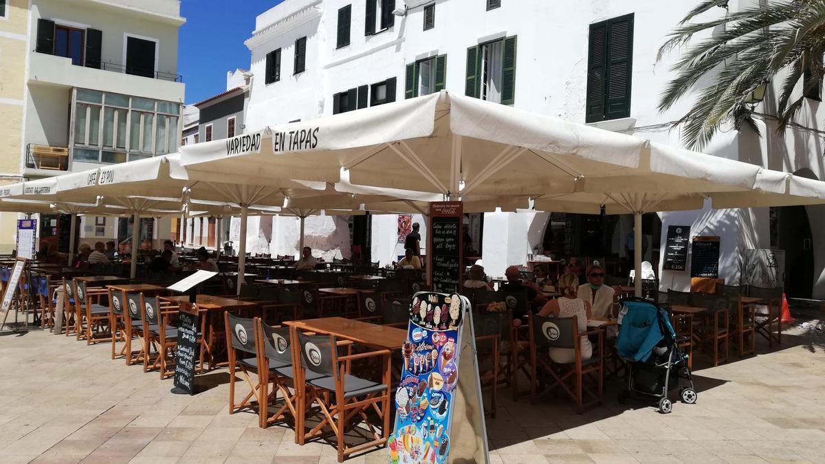 """BALEARES.-Los restaurantes de Baleares aseguran que no son foco de infecciones y censuran el """"acoso y derribo"""" contra ellos"""