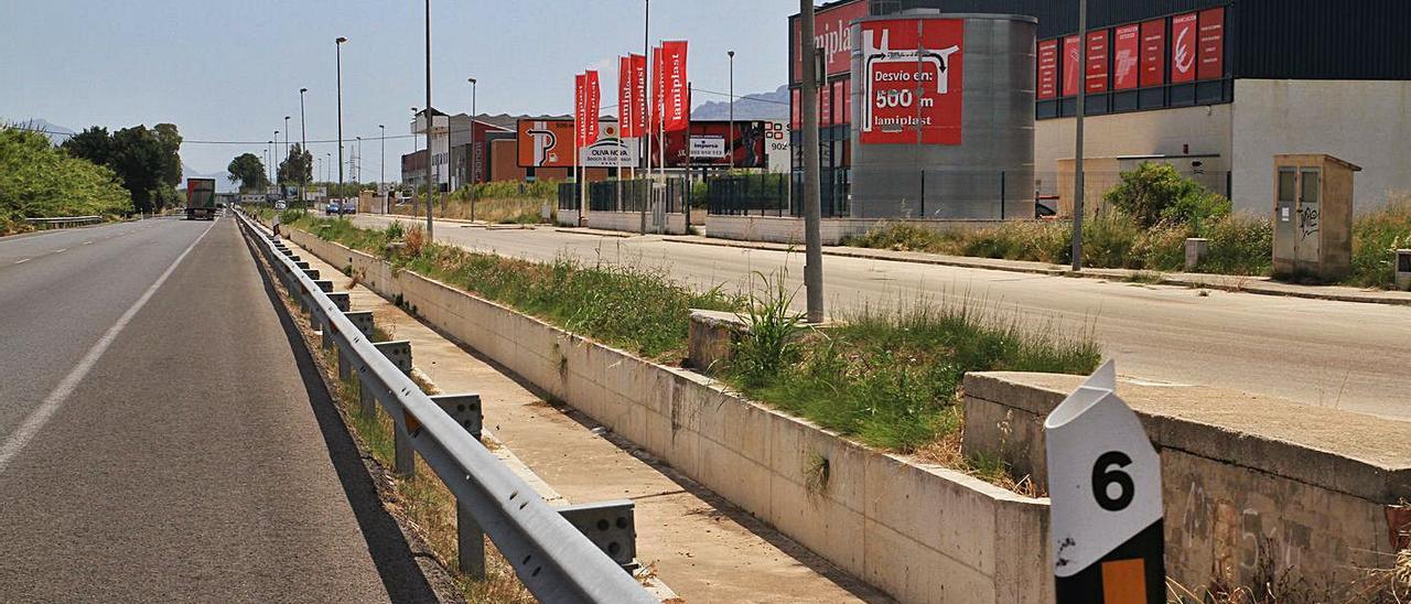 El polígono de Jovades, en Oliva, contiguo a las zonas industriales que se pretenden urbanizar.   XIMO FERRI