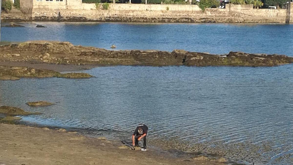 El furtivo acudía a la playa a primera hora // FdV