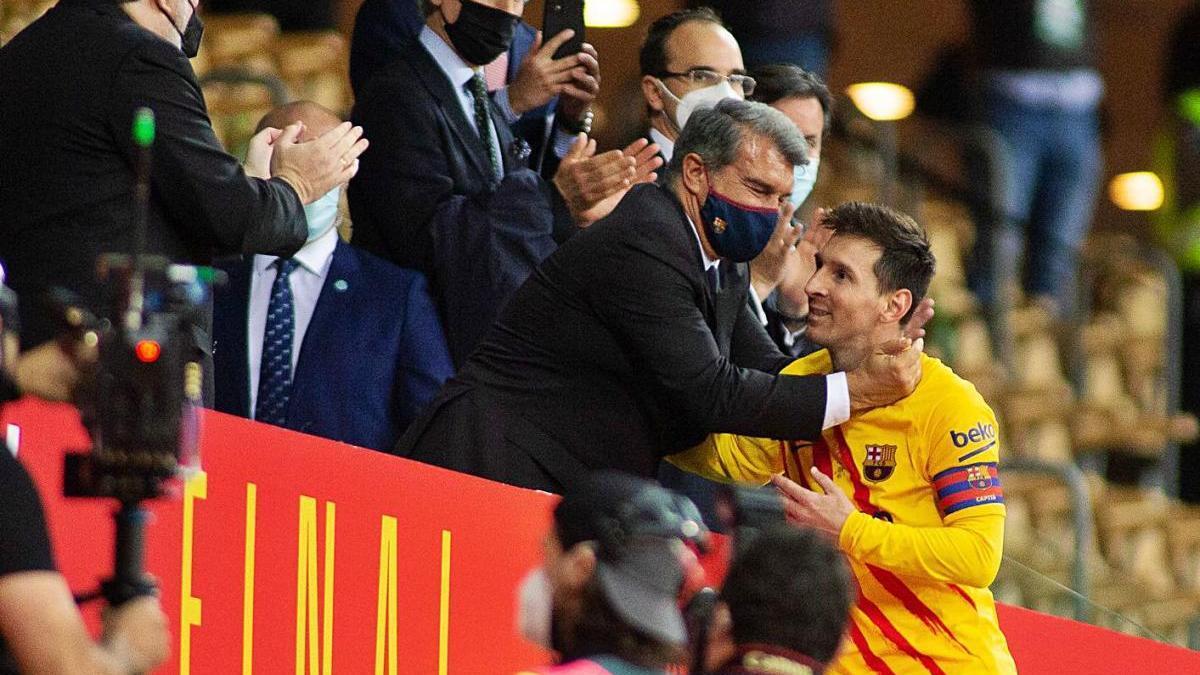 Joan Laporta felicitant Leo Messi quan recollia la Copa del Rei dissabte a La Cartuja.