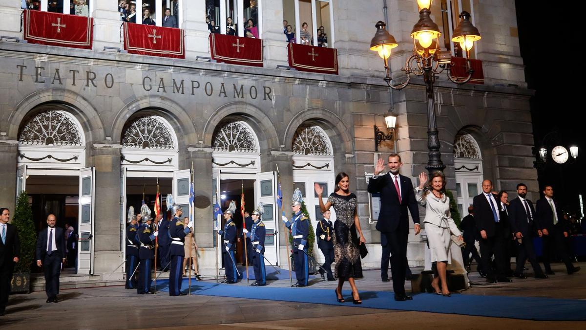 Felipe VI saliendo del Campoamor junto a la reina Doña Letizia y su madre, Doña Sofía en una de su visita al Campoamor por los Premios Princesa de 2018.