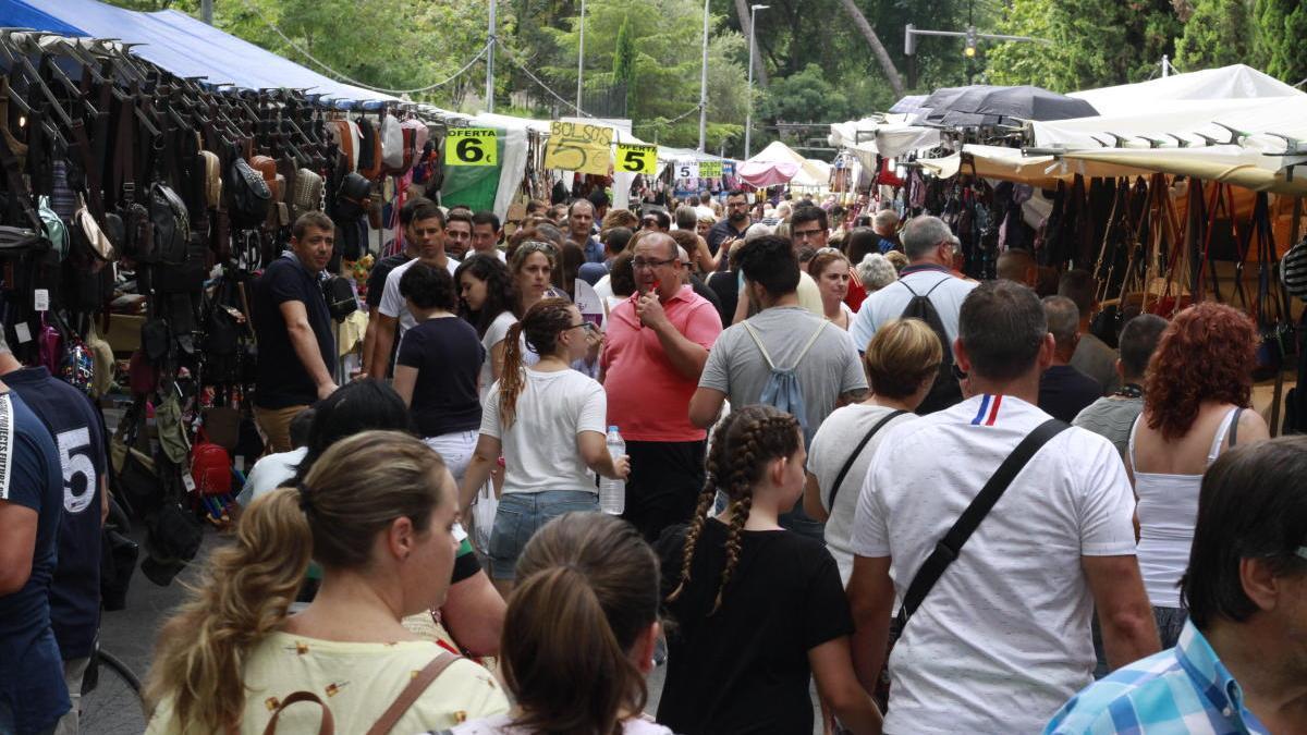 Puestos y visitantes en la Fira d'Agost de Xàtiva de una edición pasada