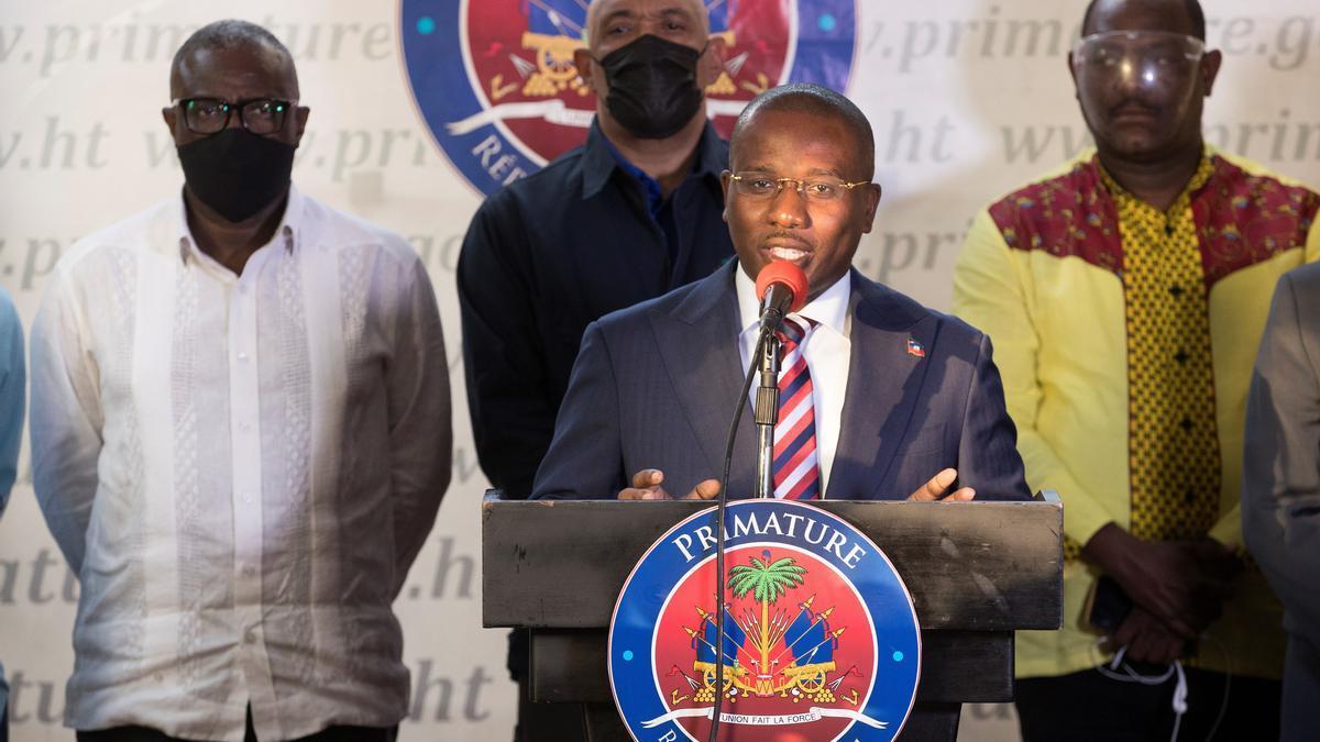 El primer ministro haitiano, Claude Joseph, anuncia la detención de uno de los sospechosos.