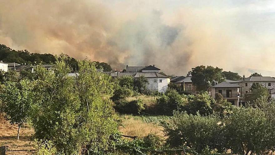 Extinguido el incendio de Hermisende tras calcinar 44 hectáreas de matorral y arbolado