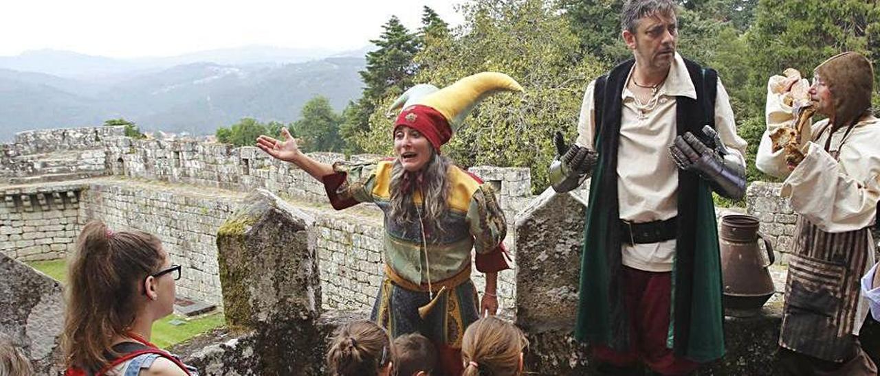 Una visita teatralizada al castillo de Soutomaior.     // ALBA VILLAR