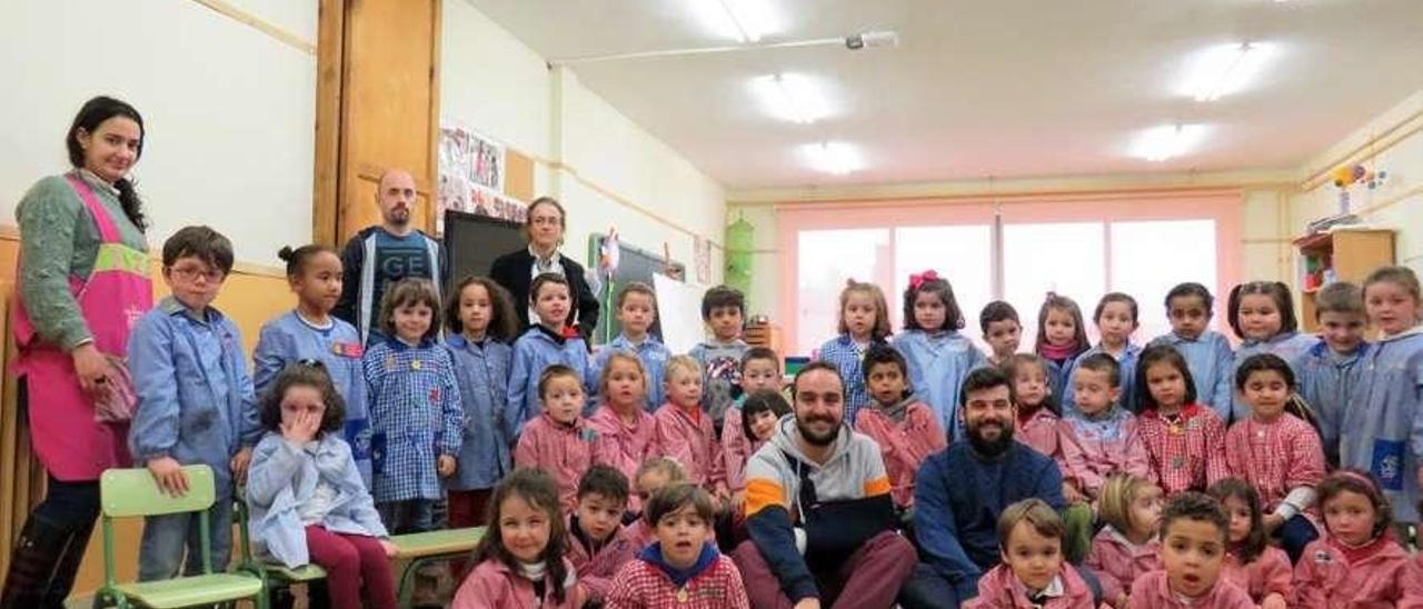 """Los alumnos de infantil del colegio Río Sella de Infiesto con los miembros de la fundación """"Khanimambo""""."""