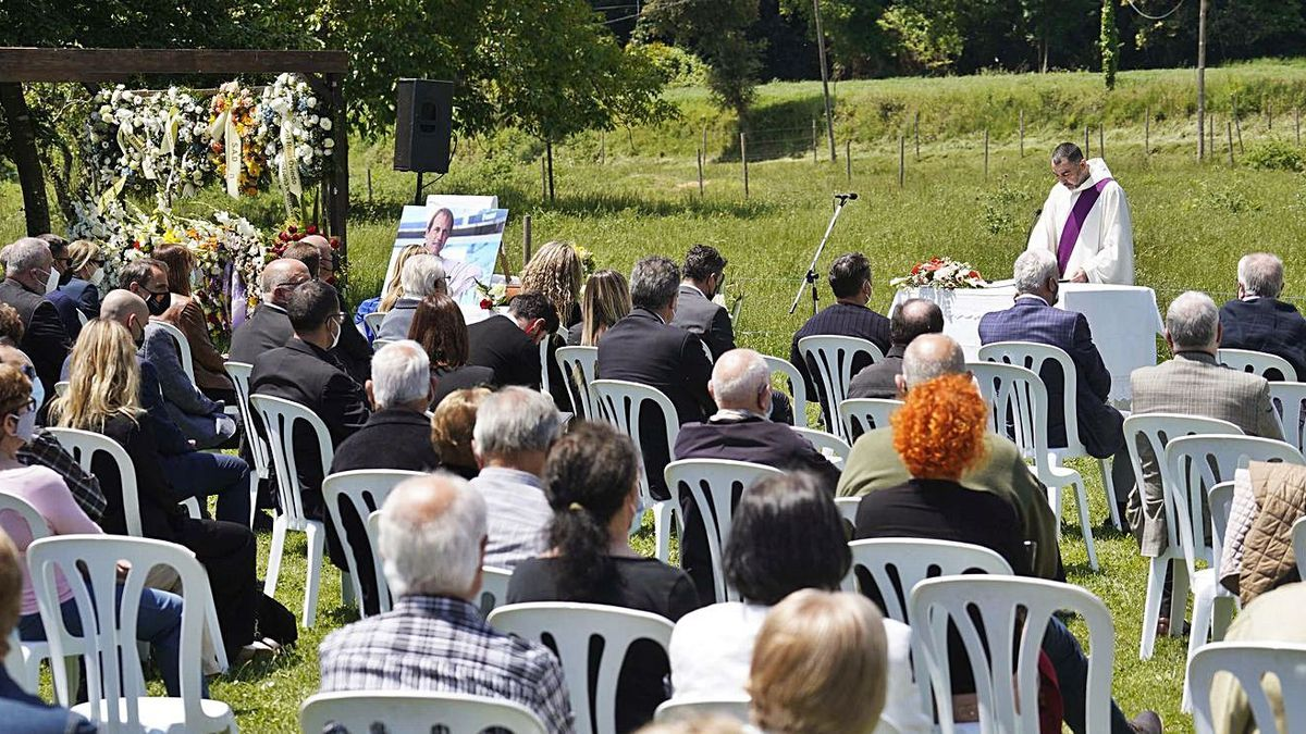 Una imatge de la cerimònia d'enterrament de Francesc Arnau de la setmana passada.  | MARC MARTÍ