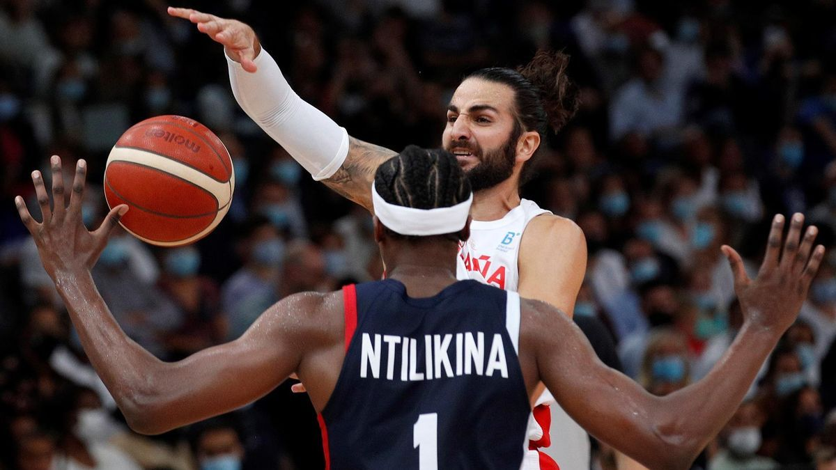 Ricky Rubio tries to pass a pass in the face of opposition from a rival.