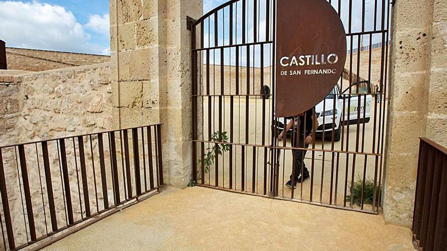 El bipartito cierra el acceso al Castillo de San Fernando tras abrirlo sin previo aviso