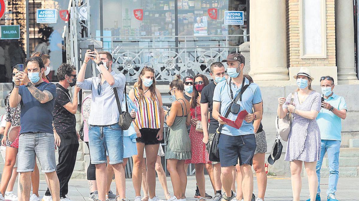 Varios turistas, hace unas semanas, pasean por Zaragoza