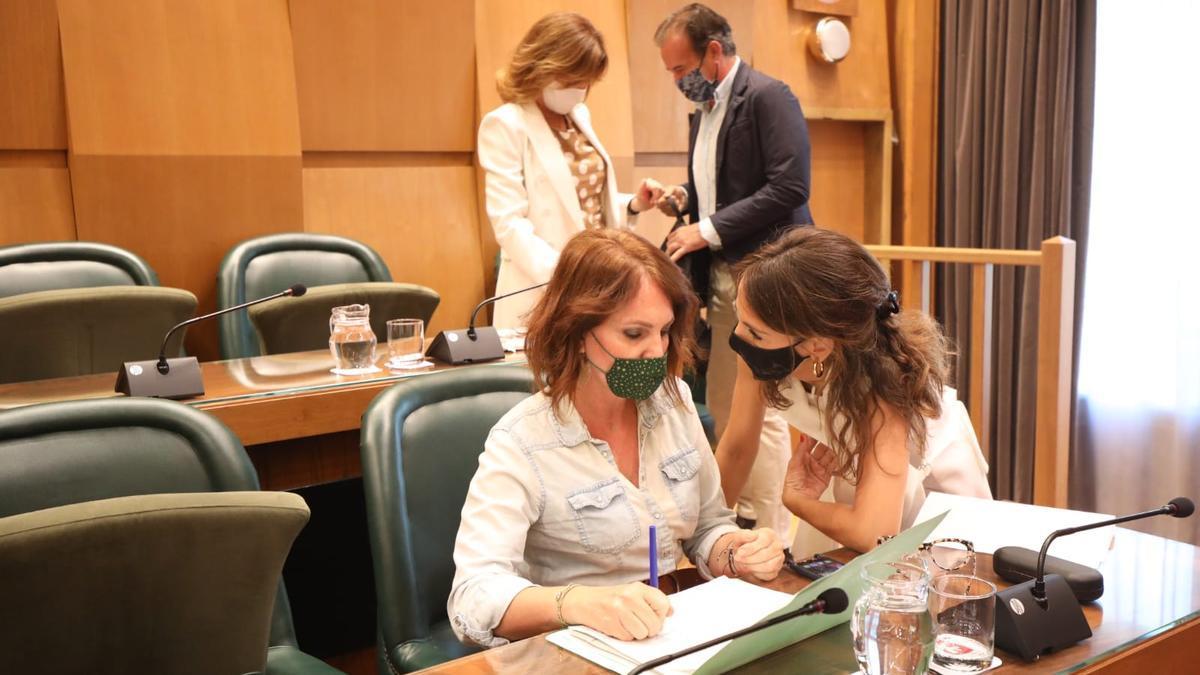 Las concejalas de Hacienda y Economía, María Navarro y Carmen Herrarte.