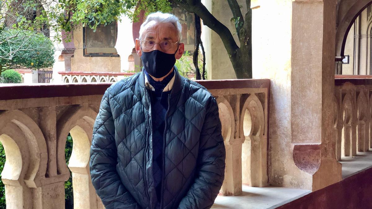 Fray Guillermo Cerrato posa en el claustro mudéjar del monasterio de Guadalupe.