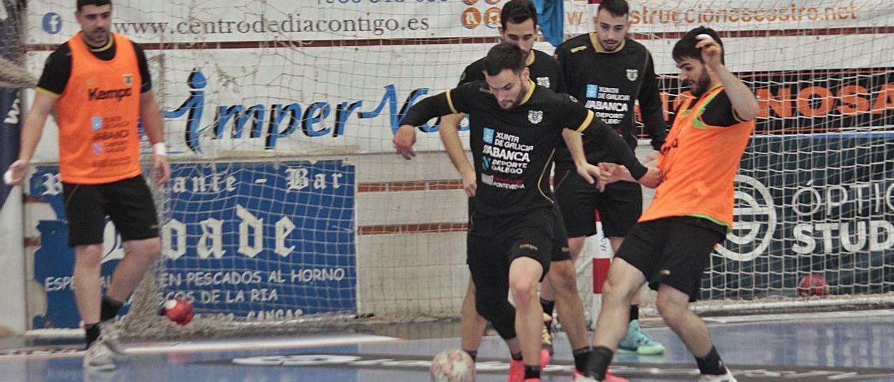 Quintas, Moisés, Menduiña, Gayo y Santi en un calentamiento de fútbol sala esta semana. |  // SANTOS ÁLVAREZ