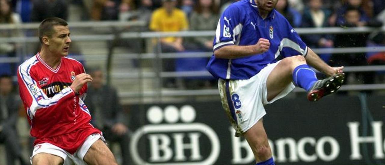 Tomic golpea el balón ante Galca, en el último partido entre el Oviedo y el Espanyol en Primera (2001). | LNE