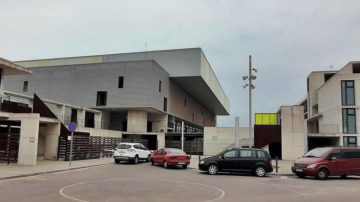 El pabellón del centro de tecnificación deportiva de Vila-real (en el centro de la imagen) es el recinto cuya cubierta presenta desperfectos estructurales que obligan a una reparación integral de la misma.   JOSEP CARDA