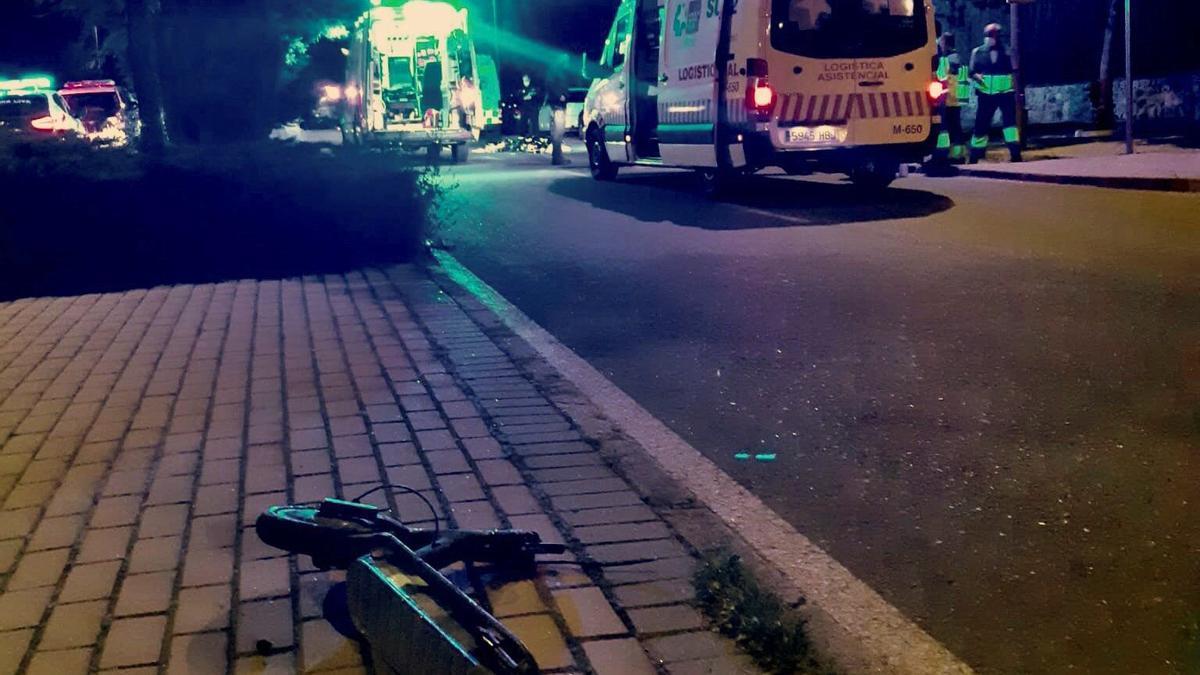 Una ambulancia llega al lugar de los hechos.