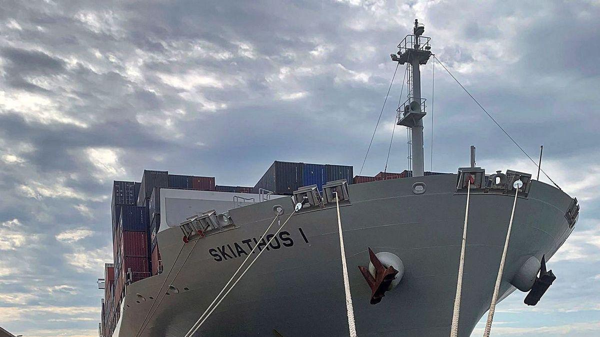 Uno de los dos barcos en cuarentena, en este caso con tripulación de origen indio.