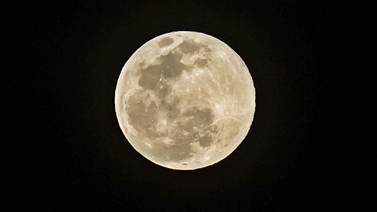 La luna, desde Gran Canaria, el pasado marzo.     JOSÉ CARLOS GUERRA